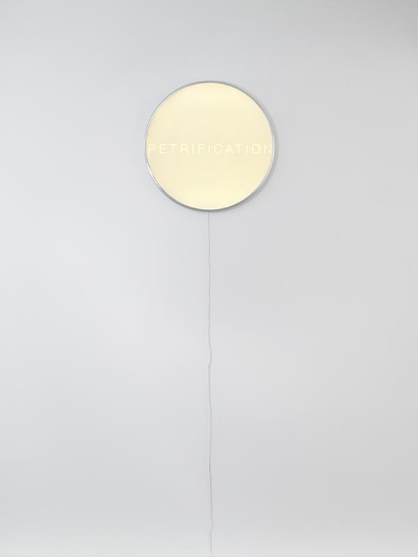 Reloj Eclipse, el último diseño de Iván Navarro para la tienda de Paul Kasmin