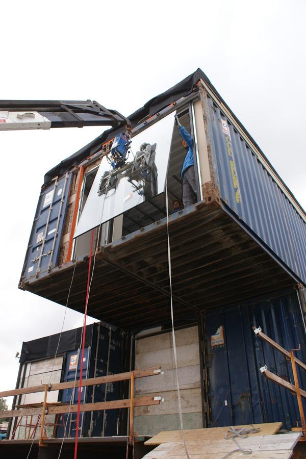 Instalación de la ventana, Contiene una Casa, 2011.