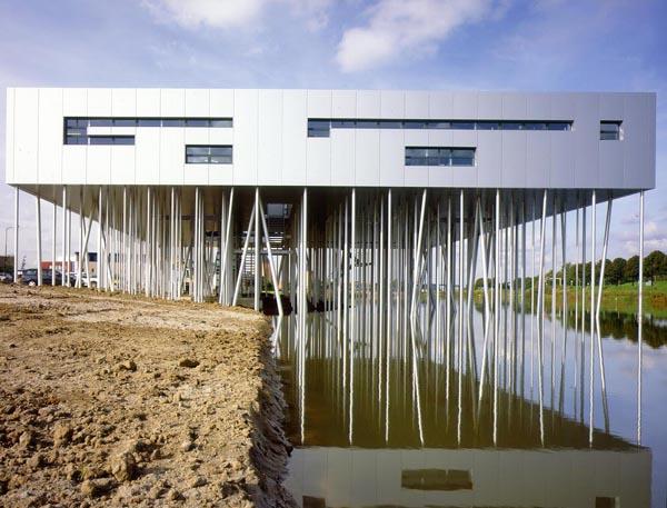Aluminium Box, bosque de metal sobre el agua