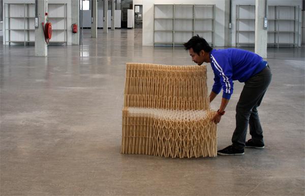 Sofá de palillos de madera por Yuya Ushida