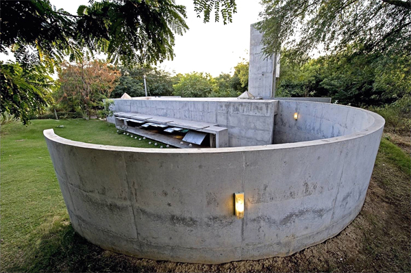 Refugio de hormigón y agua de Matharoo Associates en India