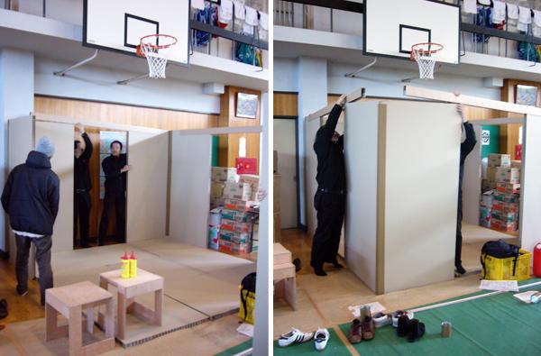 Shigeru Ban participa en el proceso de montaje de Paper House, en Niigata, Shigeru Ban Laboratory, 2004.
