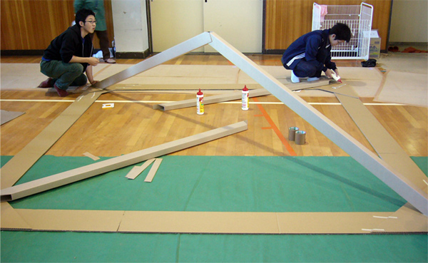 Proceso de montaje de Paper House, en Niigata, Shigeru Ban Laboratory, 2004.