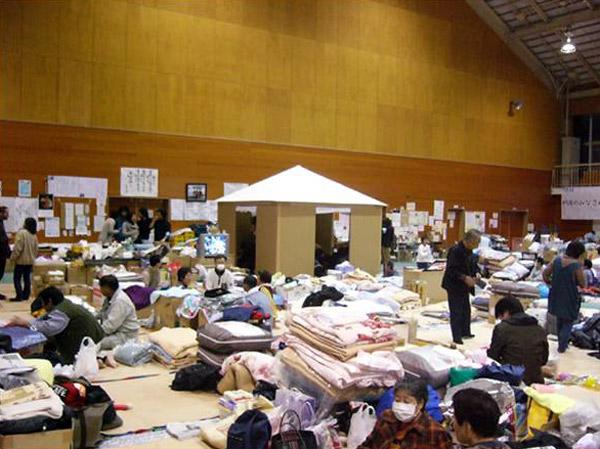 Paper House, instalada en un polideportivo, Niigata, Shigeru Ban Laboratory, 2004.