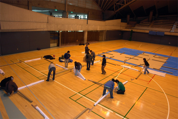 Proceso de montaje de Paper Partition System 2, Fujisawa, Shigeru Ban Laboratory, 2006.