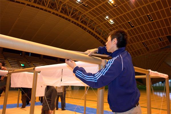 Proceso de montaje de Paper Partition System, Fujisawa, Shigeru Ban Laboratory, 2006.