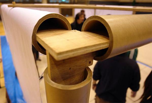 Detalle de la unión de los cilindros de cartón con una pieza de contrachapado. Partition System, Fujisawa, Shigeru Ban Laboratory, 2006.