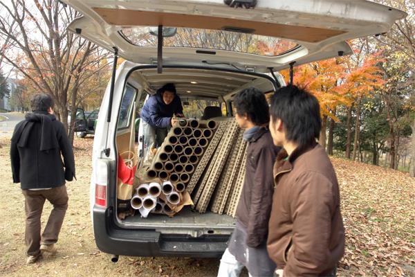 Traslado de los materiales que componen Paper Partition System 2, Fujisawa, Shigeru Ban Laboratory, 2006.
