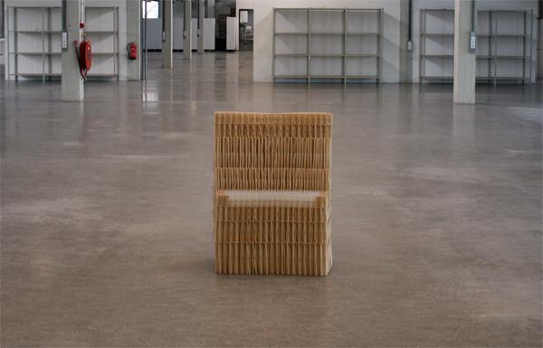Un sofá hecho de palillos de madera por Yuya Ushida