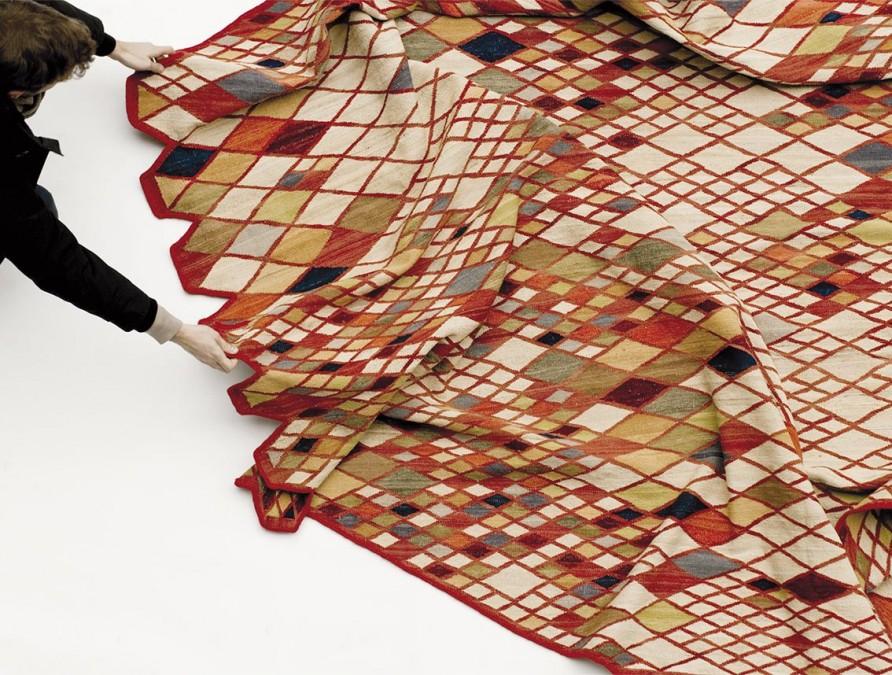Los diseñadores Ronan y Erwan Bouroullec se declaran fascinados por la técnica ancestral de producción de los kilim persas, y así lo ponen de relieve en la creación de Losanges, una colección de alfombras para la firma Nanimarquina.