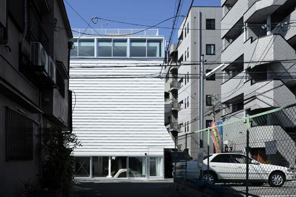 Sobre el suelo y bajo techo, casa en Osaka.