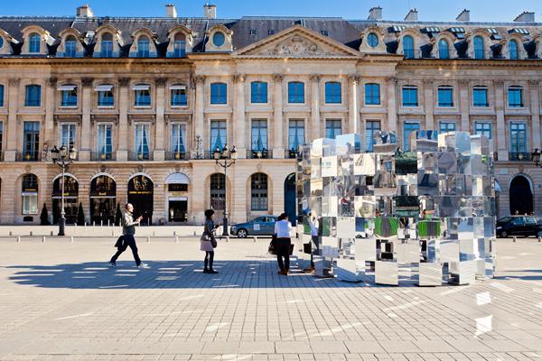 Ring de Arnaud Lapierre, reflejos e ilusiones ópticas en la Plaza Vendôme (París)