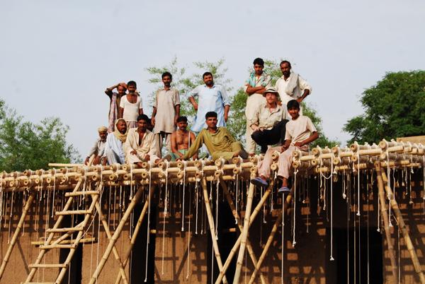 Colegio de barro y bambú en Pakistán, de Roswag Architekten