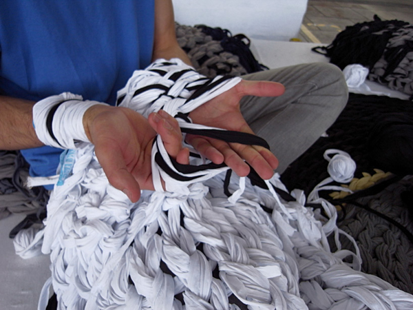 Andrea Brena teje a mano su nueva colección Knitted Army