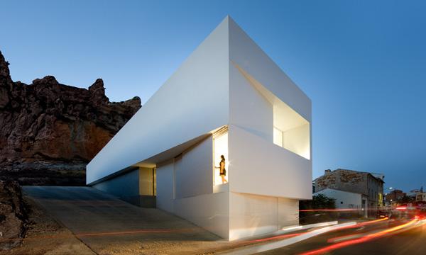 Casa en la ladera de un castillo, de Fran Silvestre Arquitectos