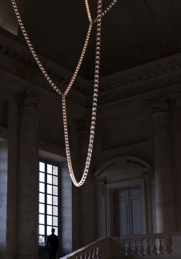 La Gabriel Chandelier del estudio Bouroullec se instala en el Palacio de Versailles