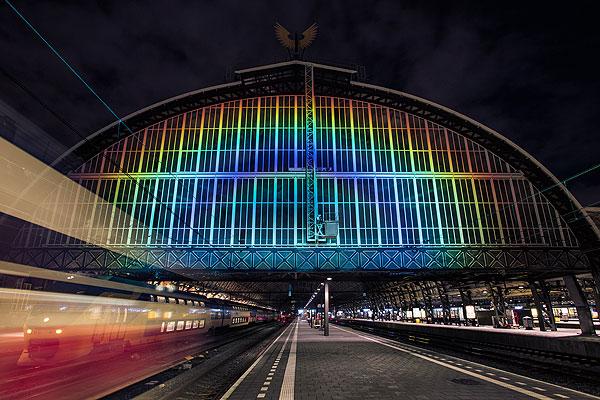 Roosegaarde ilumina con un arcoíris la estación de Ámsterdam