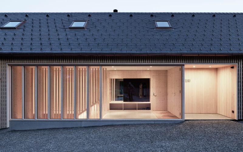 Piel de madera: una casa de Innauer-Matt Architekten