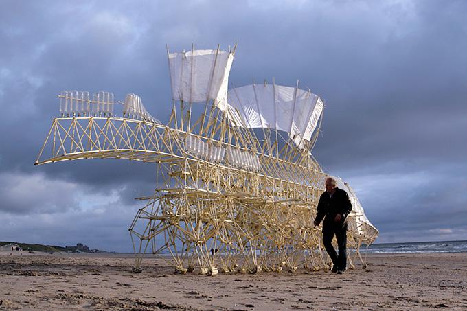Las esculturas de Theo Jansen en la Fundación Telefónica