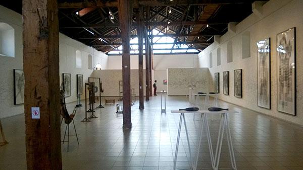 Sala 1 del MADC con la muestra Anti Tropicalia de Carlos Amorales. Foto LFQ.