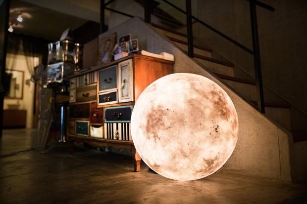 Luna, la lámpara versátil y con forma de luna de Acorn Studio