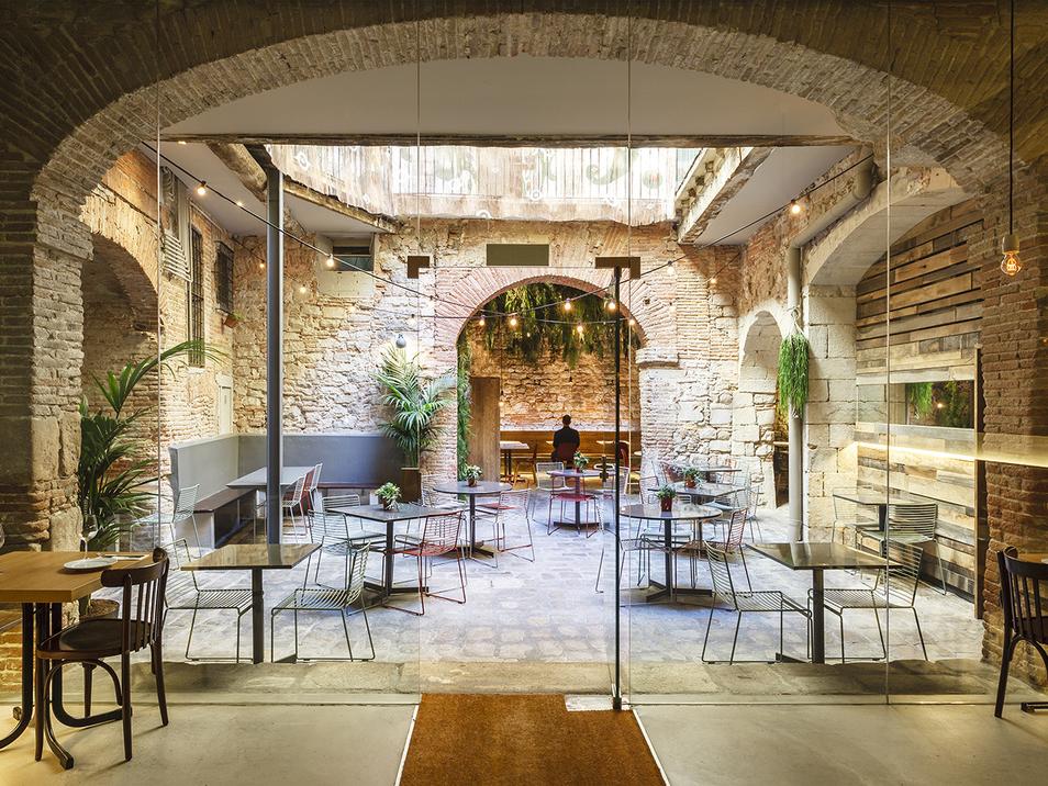 El patio de La Bona Sort, intervención de Jordi Ginabreda Studio