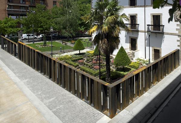VAUMM redefine cierre del jardín del Palacio Irizar en Bergara