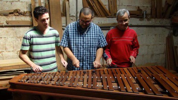 La familia Biolley demostrando su talento musical en una de sus marimbas populares fabricadas en su taller. Foto cortesía de Oscar Biolley