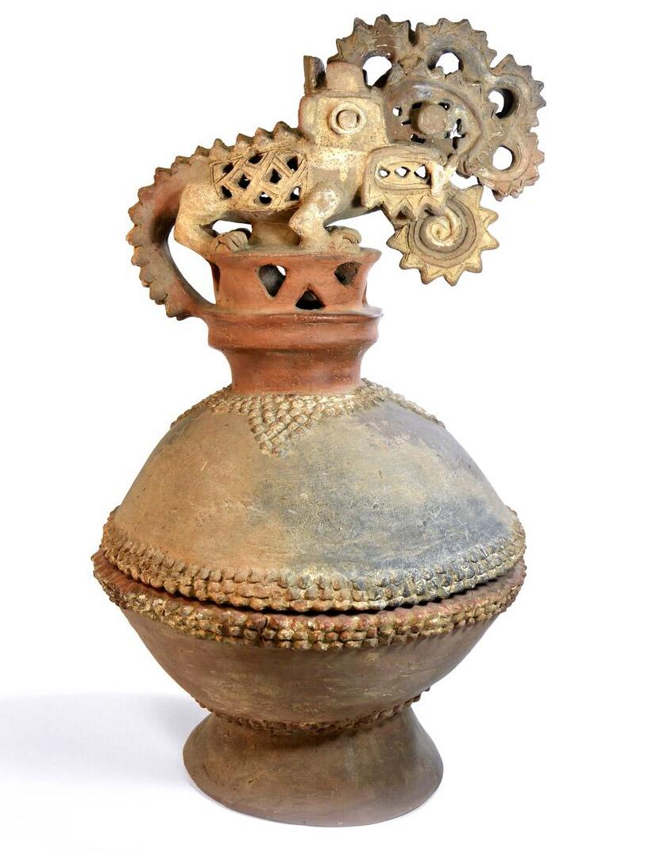 Incensario en cerámica cuyos signos evocan y dejan abierta a la imaginación intensa interpretaciones. Foto cortesía de MBCCR.