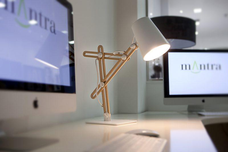 Lámpara de mesa Looker, Santiago Sevillano, Mantra Iluminación