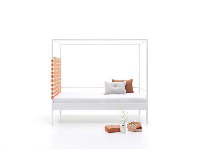 El fabricante de muebles JJP, que siempre ha apostado por el diseño y la innovación, ha lanzado ahora su programa de camas individuales Nook. Una interpretación actualizada y contemporánea de la clásica cama con dosel, para la que ha contado con la colaboración del reconocido diseñador Carlos Tíscar.