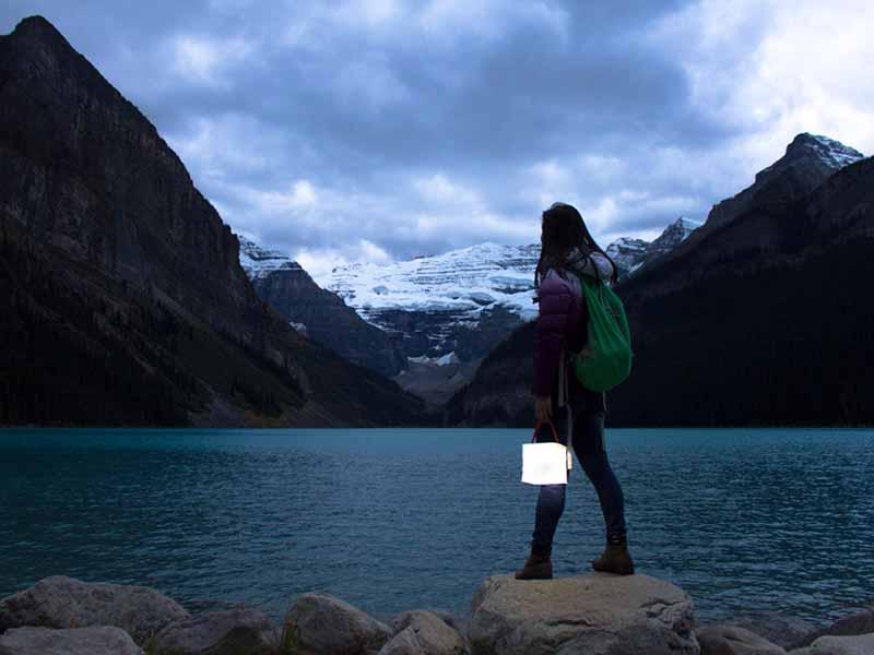 Linterna solar inflable creada por LuminAID