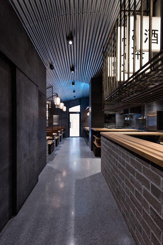 Iluminación, madera, metal y cemento. Crean el espacio japonés. Hikari Yakitori Bar, Masquespacio, 2017 © Luis Beltran