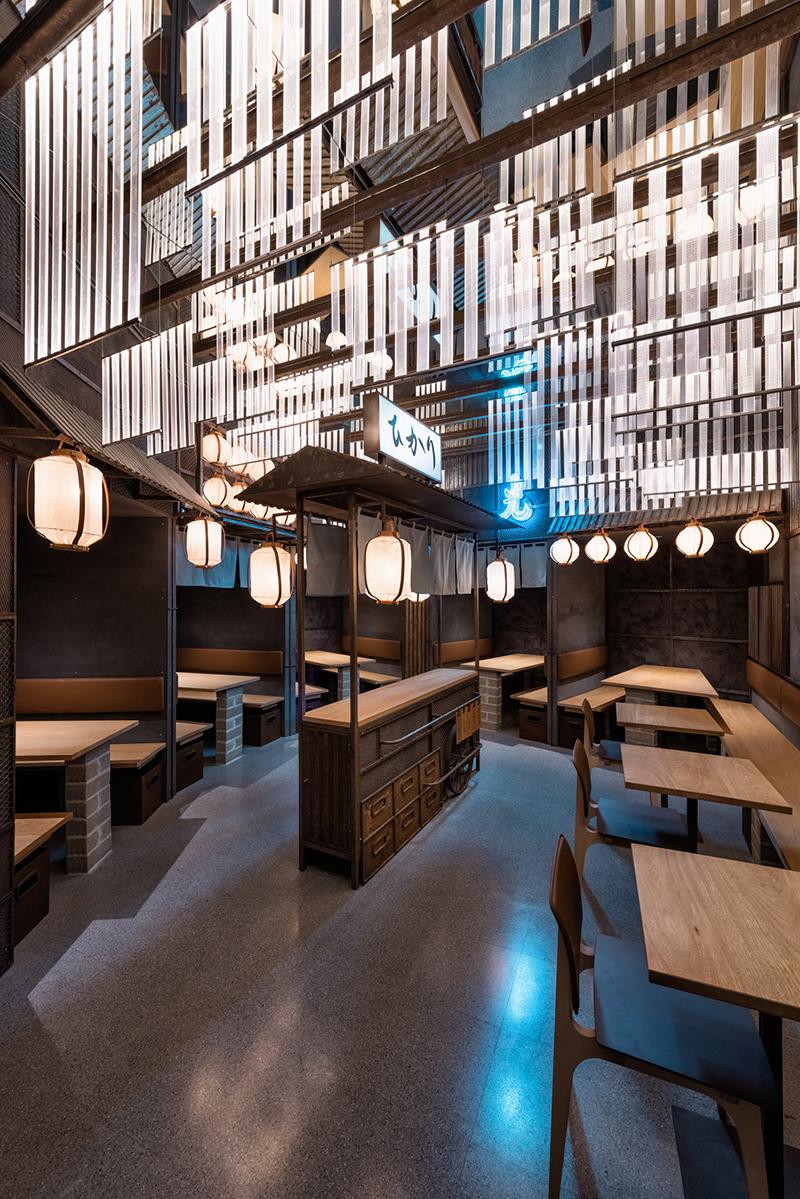 Iluminación recreando la iluminación de neón en Tokio Hikari Yakitori Bar, Masquespacio, 2017 © Luis Beltran
