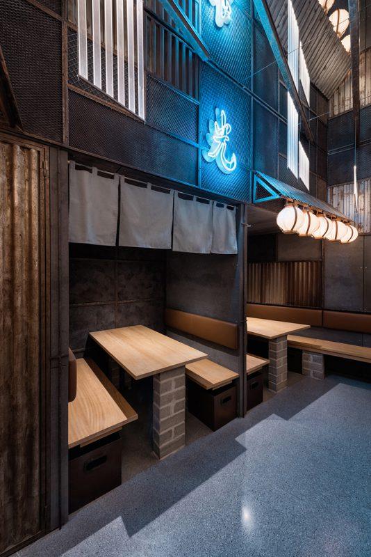 Espacio con estilo japones para el asiento de comensales. Hikari Yakitori Bar, Masquespacio, 2017 © Luis Beltran