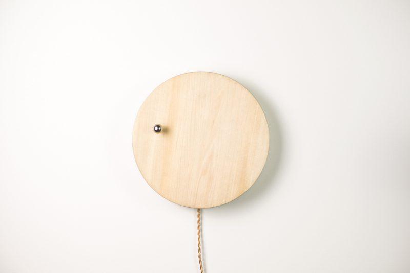 """Story es un reloj de pared que muestra la hora con una """"manecilla"""" que levita gracias un sistema magnético creado por Simon Morris, diseñador sueco formado en ciencias y arte y un apasionado de la energía, la materia y su relación con la gravedad."""