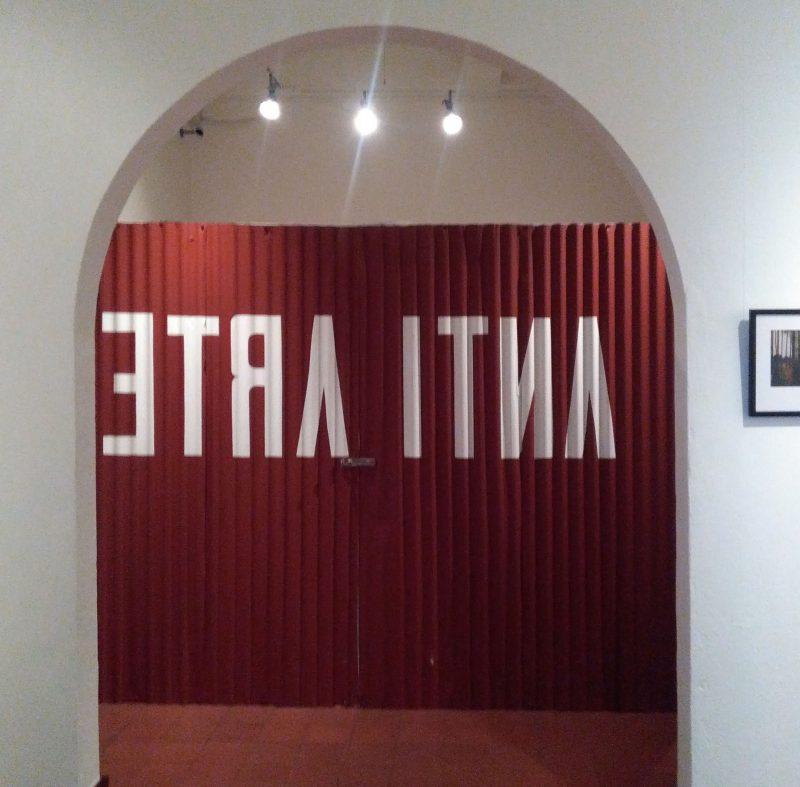 """José Aurelio Álvarez. """"Chinamo el portón rojo"""" (instalación). Foto LFQ."""