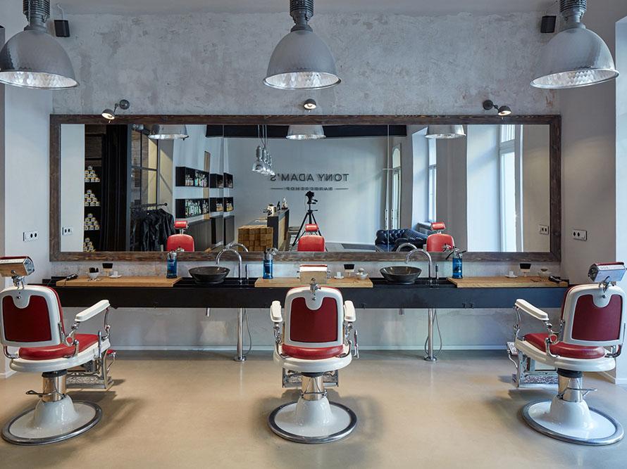 Tony Adam's Barbershop, la barbería retro de OOOOX Studio en Praga