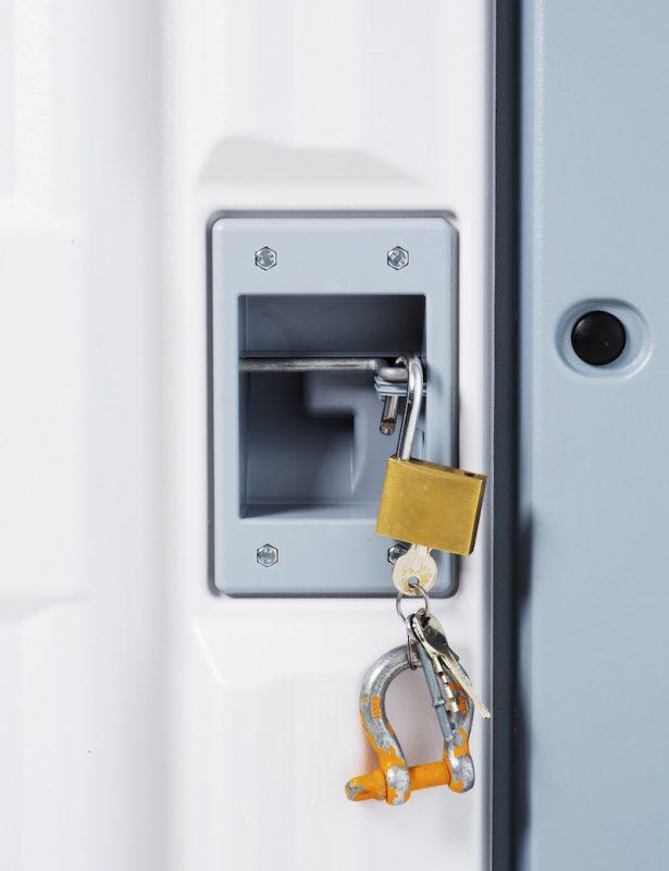 Better Shelter está equipado con una puerta robusta y un sistema que permite bloquearla por dentro y por fuera.