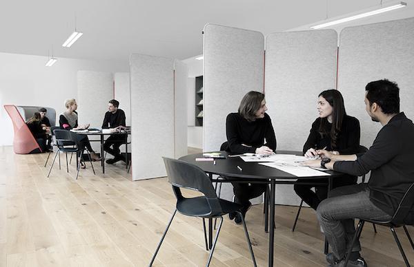 Sillas Pair y mesas redondas que fomentan el diálogo y la colaboración