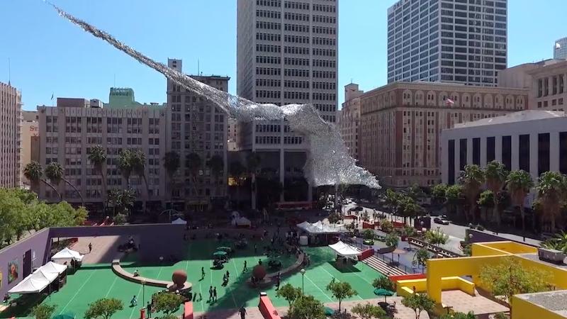 El gran espectáculo suspendido sobre la Plaza Pershing en Los Ángeles