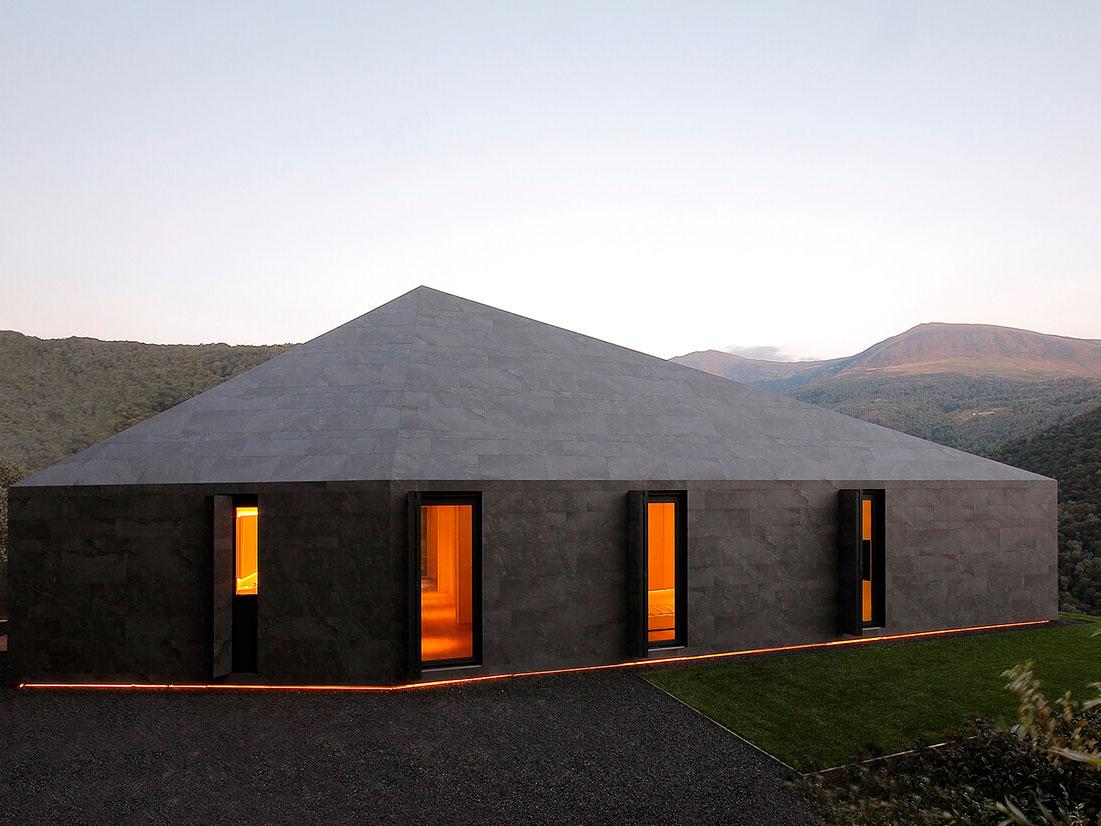 Villa Montebar, el monolito de JM Arquitecture en los Alpes suizos