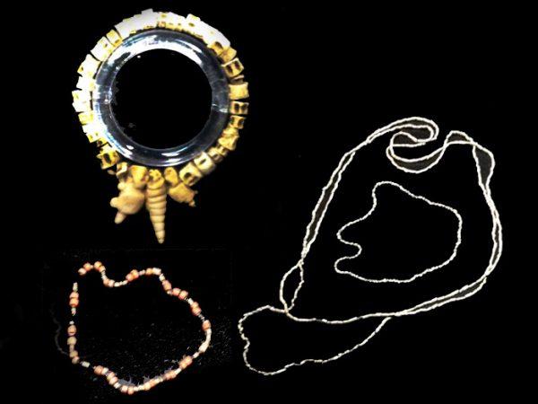 Colgantes y pulseras hechas de dientes, conchas o cuentas de lírica. Foto LFQ.
