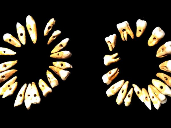 Colgantes y pulseras hechas con dientes humanos en El Valle del Jícaro, Bahía Culebra, Guanacaste, Pacífico Norte de Costa Rica. Foto LFQ.