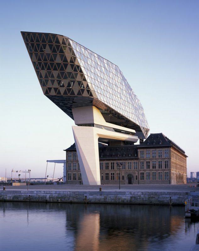 Zaha Hadid Architects diseña las nuevas oficinas portuarias de Amberes. Fotografía: Helene Binet.