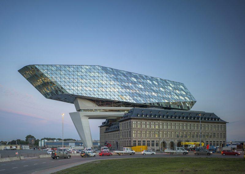 Zaha Hadid Architects diseña las nuevas oficinas portuarias de Amberes. Fotografía: Hufton + Crow.