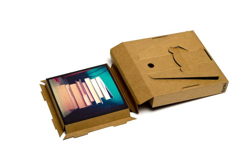 Tonki, recuerdos sobre cartón reciclado