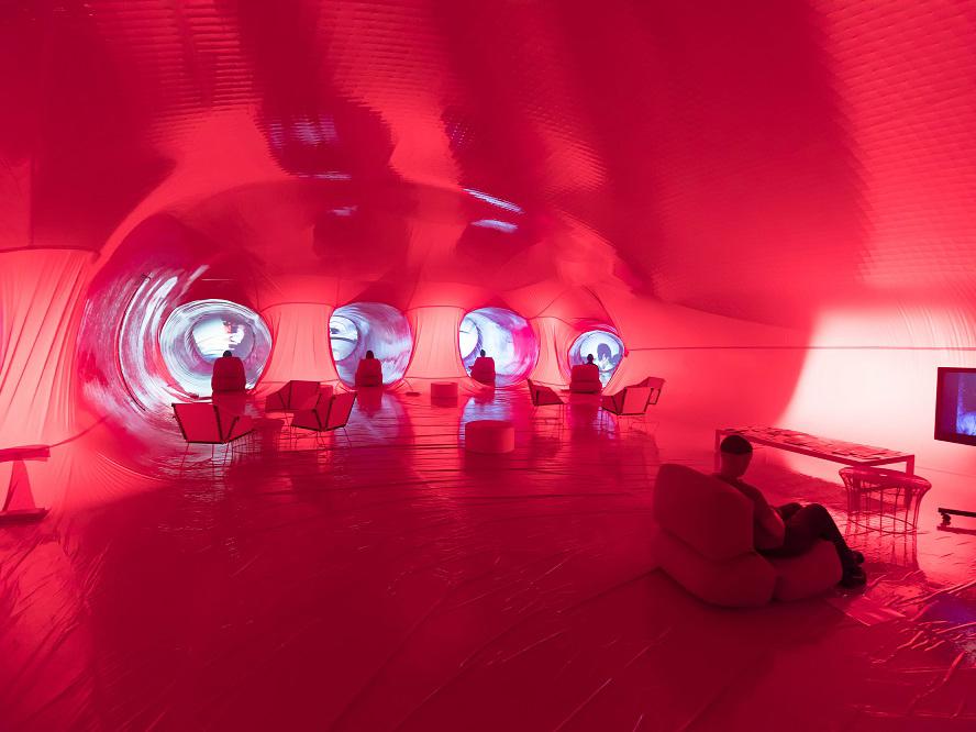 Instalación de Marco Canevacci. Una mano gigante de latex en Matadero Madrid