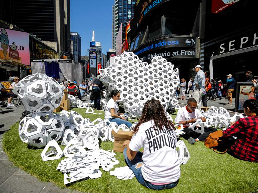 Make America ♥ Again, instalación de Collective Paper Aesthetics en Times Square