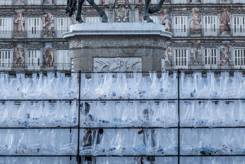Luz Interruptus construye un Laberinto de Residuos Plásticos en Madrid. ©Lola Martínez